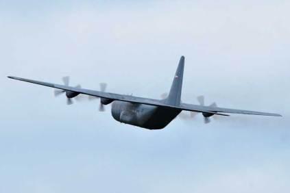 Pasaje a baja altura del C-130B FAU 592 del Escuadrón Aéreo Nº 3 (Transporte) tras efectuar el lanzamiento de paracaidístas. (Foto: E. Brea)