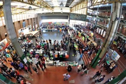 Patio central donde fueron expuestos los distintos trabajos realizados por los alumnos durante el transcurso del año. (Foto: Esteban Brea)