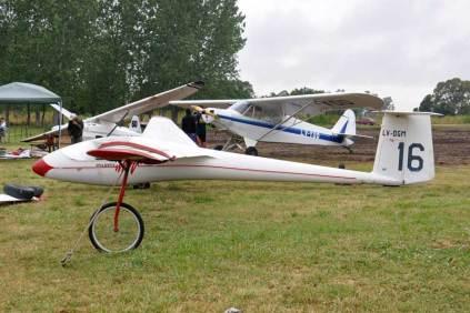 En primer plano el Bolkow A-1 Phoebus LV-DGM, por detrás el Piper PA-11 LV-YOO, ambos pertenecientes al Aeroclub Dolores. (Foto: Esteban Brea)