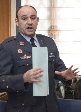 Capitán del EA informando a la prensa sobre la visita de la ministra (foto: José Luis Franco)