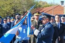 """El Brigadier Amrein coloca la condecoración """"Honor al Valor y Disciplina"""" en la Bandera de Guerra de la Dirección General de Inteligencia. (Foto: Esteban Brea)"""