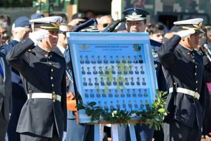 Cadetes de la Escuela de Aviación Militar custodian un cuadro con la imágen de los 55 caídos de la FAA durante el conflicto de Malvinas. (Foto: Esteban Brea)