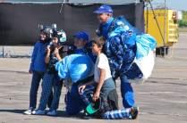 """Tras el salto ambos miembros del equipo """"Águilas Azules"""" posaron para la foto con grandes y chicos. (Foto: Esteban Brea)"""