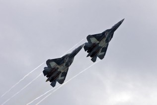 Pareja de Sukhoi PAK-FA en el cielo moscovita. Moscú y Nueva Delhi esperan firmar pronto el contrato para desarrollar conjuntamente un caza de quinta generación (foto: Rostec)