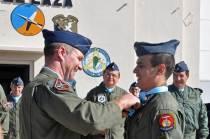 Uno de los instructores, en este caso de la USAF que se encuentra de intercambio en la FAA, hace entrega del pañuelo a uno de sus alumnos. (Foto: Esteban Brea)