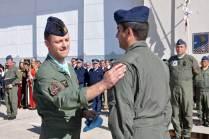 Un instructor de la Aeronautica Militare Italiana de intercambio en la FAA entrega su escudo a uno de los alumnos. (Foto: Esteban Brea)