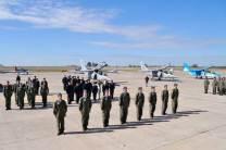 Los oficiales cursantes que realizaron su vuelo solo formados al inicio de la ceremonia. (Foto: Andrés Rangugni)