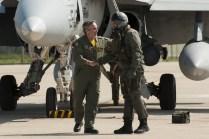 Coronel de la Torre saluda al Capitán Terán (foto: José Luis Franco Laguna)