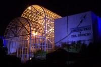 El frontis y hall de entrada del museo iluminados para la ocasión (foto: Carlos Ay).