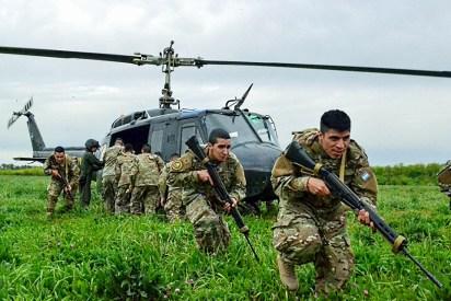 Soldados del Regimiento de Granaderos a Caballos desembarcan del UH-1H Huey (foto: Ejército Argentino).