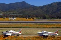 Enmarcado por dos PA-28s del Club Aéreo de Santiago, el CC-LTD del Club Aéreo Arturo Merino despega por la flamante pista 28 (foto: Carlos Ay).