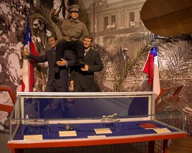 """En la sala histórica del segundo piso se muestra este diorama del teniente Dagoberto Godoy al regreso del primer doble cruce de la Cordillera de los Andes. Delante de él, un display de otras aeronaves que realizaron """"primeros cruces"""" del macizo andino (foto: Carlos Ay)."""