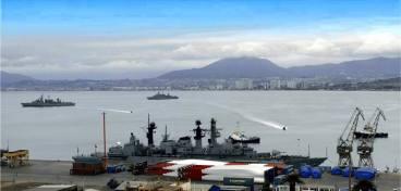 """Buques de la flota de mar chilena anclados en Coquimbo (IV Región) en el último fin de semana del mes. Amarrada en el muelle, la fragata Tipo 22 Batch 2 """"Almirante Williams"""" (foto: Terminal Portuario de Coquimbo)."""