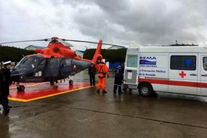 Recién aterrizado en Puerto Montt, un Dauphin sargento primero Marcelo Escobar, jefe de faro en las Islas Diego Ramírez, quien debió ser evacuado con urgencia para tratar una factura de húmero (foto: Armada de Chile).