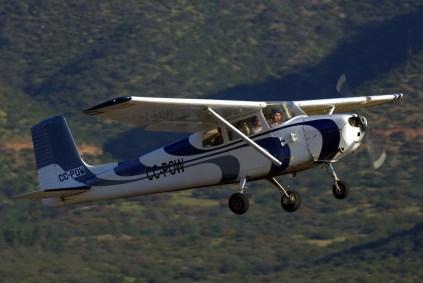 Decolando por la pista 28, el Cessna 172 CC-POW registrado a nombre de Rodolfo Zavaris (foto: Carlos Ay).
