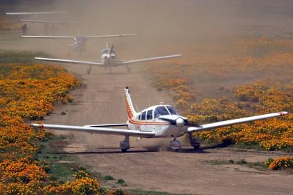 Fotografiadas desde un puente vial cercano a la cabecera 10, cinco de las aeronaves participantes en los vuelos populares de la mañana del domingo (foto: Carlos Ay).