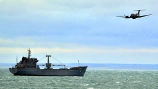 """Uno de los B200 de la Aviación Naval sobrevuelan el buque logístico ARA """"Bahía San Blas"""" (foto: Gaceta Marinera)."""