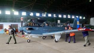 Rodando un Beech T-34C fuera del hangar en la Base Aeronaval Río Grande (foto: Gaceta Marinera).