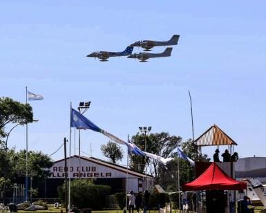 Tres IA-58 de la III Brigada Aérea en el cielo del Oeste Chaqueño (foto: Gabriel Taczuk @ Aero Club Villa Ángela).