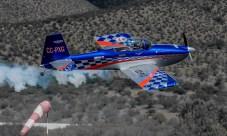 Recién decolado por la pista 28, Fernando Abasolo posa para las cámaras ladeándose levemente (foto: Cristian Castro).
