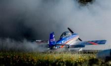 El RV-8 de Fernando Abasolo echando humo al final de su última exhibición de la tarde (foto: Cristian Castro).