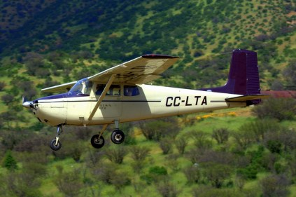 Uno de los protagonistas de los vuelos populares del domingo, el Cessna 172 CC-LTA del Club Aéreo Merino Benítez, en aproximación final a la pista 10 (foto: Carlos Ay).