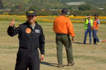 Christian Villena, piloto del Club Aéreo Santiago de Chile y campeón nacional acrobático, saluda al público al término de su exhibición del domingo por la tarde (foto: Carlos Ay).