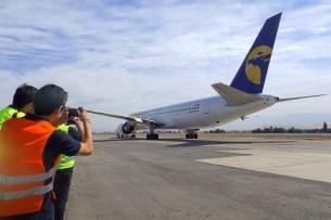 Spotters capturando el visitante exótico: MIAT Mongolian Airlines Boeing 767-3BG/ER que está en modalidad Leasing para One Airlines (foto: Eduardo Cancino).