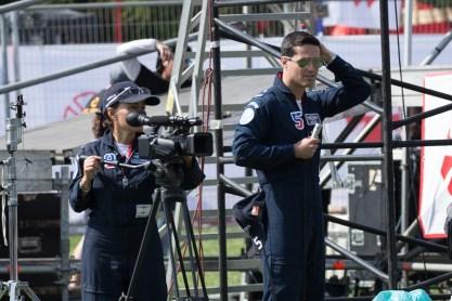 Halcones en el suelo: La subteniente Marta Contreras, operando la cámara de vídeo con la cual registra cada aparición de la escuadrilla, y el teniente Marcelo Reyes, operando la radio en coordinación con sus colegas números 1, 4 y 5 titular (foto: Carlos Ay).