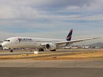 Boeing 787-9, LATAM, CC-BGK, saliendo dentro del vecindario, hacia Sao Paulo (foto: Luis Quintana)