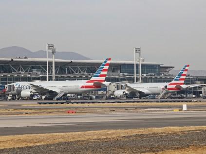 La visión de todas las mañanas en Arturo Merino Benítez: Los dos American Airlines desembarcando pasajeros (foto: Luis Quintana)