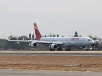 Airbus A340-6, Iberia, EC-LCZ, llegando del largo vuelo desde Madrid (foto: Luis Quintana)