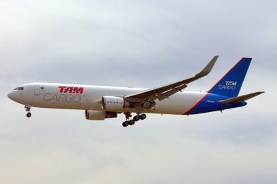 El Boeing 767F PR-ACO de LATAM Cargo aterrizó durante la tarde modelando el antiguo esquema de TAM Cargo (foto: Carlos Ay).