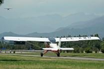 El AB-180RVR CC-KWD taxea hacia cabecera mientras el PA-18 CC-PRV aproxima para el aterrizaje (foto: Carlos Ay).