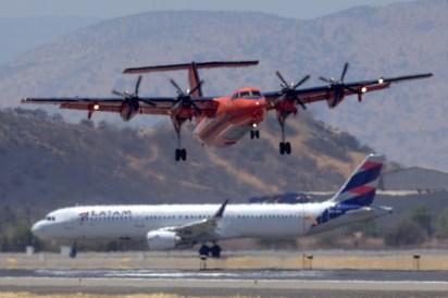"""Enmarcado por el Airbus A321 CC-BEP de LATAM Airlines (Chile), el """"Fox Bravo Quebec"""" despega por la pista 17R (foto: Carlos Ay)."""