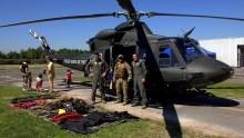 Tripulantes posando delante del Bell 412 H-47 de la FACH (foto: Carlos Ay).