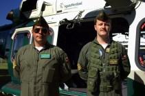 El teniente Carrasco y el sargento segundo Riquelme posando frente al AW139 que los Carabineros de Chile presentaron estáticamente (foto: Carlos Ay).