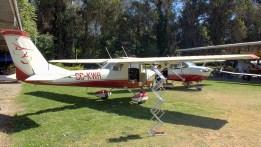 Los Cessnas 150K CC-KWR y 172K CC-CC-KWG modelaban el nuevo esquema de pintura de las aeronaves a motor del club (foto: Carlos Ay).