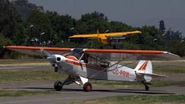 Enmarcado por el PA-18 Super Cub CC-PRW del Club de Planeadores Vitacura, el ultraliviano Manta Scout III ULM.-152 realizó un pasaje a baja de altura al llegar a Vitacura a media mañana (foto: Carlos Ay).