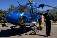 El comisario Hans Kock Miranda posa distendido frente al AS-350B3 Ecureuil CC-ETE de la Policía de Investigaciones (foto: Carlos Ay).