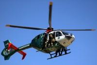 Cuatro integrantes de fuerzas especiales de Carabineros se aprestan para saltar a rappel del Eurocopter EC145 C-03 de la institución (foto: Carlos Ay).