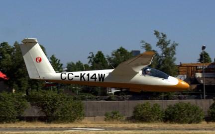 Terminando su exhibición acrobática de la tarde, Carlos Rocca aterriza en el Pilatus B4 CC-K14W (foto: Carlos Ay).