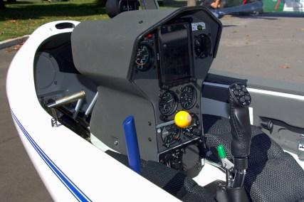Acercamiento al tablero del DG-100S CC-ASZ en el que se aprecia su mix de equipamiento digital y analógico de última generación (foto: Carlos Ay).