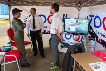 Stand de AeroToqui junto a uno de los pilotos de VulcanAir P68 de la Aviación Naval (foto: Javier Vera Martínez/La Serena Spotting).