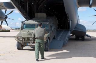 Carga del VAMTAC en el A400M (foto: José Luis Lezg).