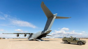 Dos productos de la industria de defensa española: el Airbus A400M y el VAMTAC (foto: Miguel Ángel Blázquez Yubero).