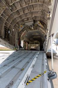 La amplitud de la bodega del A400M permite una carga agil de los vehículos ligeros (foto: Miguel Ángel Blázquez Yubero).