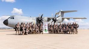 El equipo de paracaidistas del EADA y el A400M en una imagen conmemorativa del primer salto desde el nuevo avión de transporte del EA (foto: Miguel Ángel Blázquez Yubero).