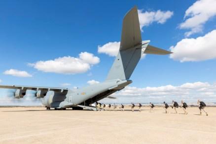 El personal del EADA embarca en el A400M para cumplir con el primer salto paracaidista desde el A400M (foto: Miguel Ángel Blázquez Yubero).