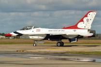 El numeral #3 de los Thunderbirds carreteando en tierra al final de la exhibición del domingo 22 (foto: Javier Vera Martínez).